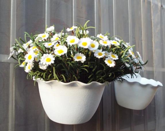 Chậu hoa bán nguyệt treo tường ban công